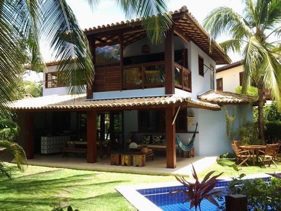 Projeto de Casa de Praia: pilares de madeira e piscina