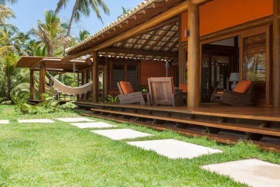 Projeto de Casa de Praia: piso elevado de madeira