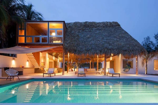 Projeto de Casa de Praia: telhado de palha traz toque praiano