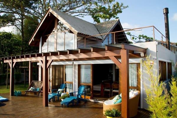 Projeto de Casa de Praia: varanda com pergolado (projeto: Espaço do Traço Arquitetura)
