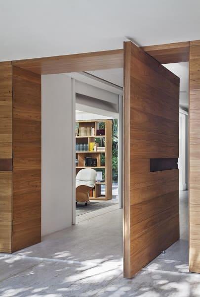 Tipos de portas: porta pivotante de madeira (projeto: Gisele Taranto)
