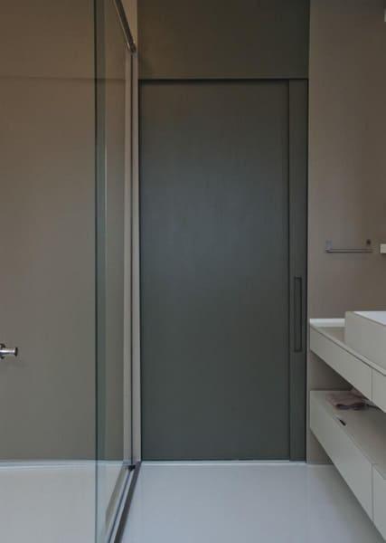 Tipos de portas: porta de banheiro cinza