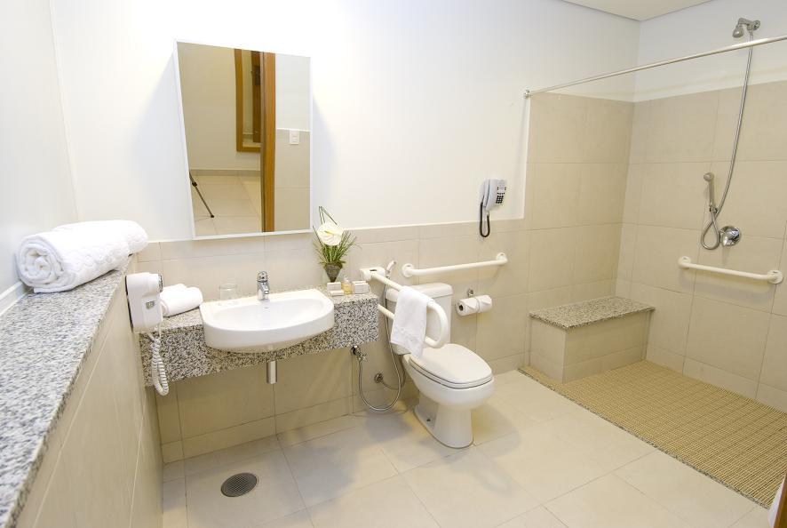 Proyectos de viviendas adaptadas a la tercera edad: baño con rejas y sin caja