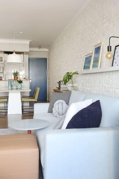 Tipos de portas: porta azul com parede branca traz calma para o ambiente (projeto: Livia Dalmaso)