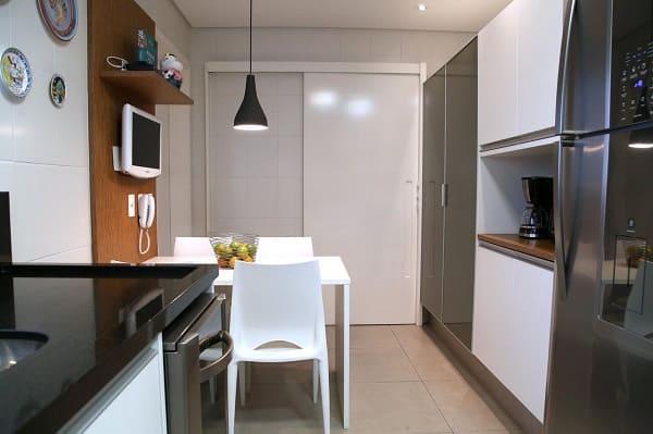 Tipos de portas: porta de correr branca na cozinha (projeto: MeyerCortez Arquitetura & Design)