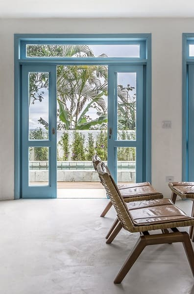 Tipos de portas: porta de correr azul (projeto: Paulo de Camargo)