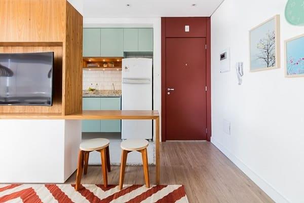 Tipos de portas: porta de tom avermelhado deixa ambiente alegre (projeto: Duda Senna)