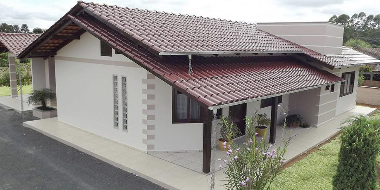 Fachadas de casas térreas com telhado aparente: telhado de telha e pintura branca