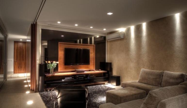 IIuminação de sala de TV: spots no teto