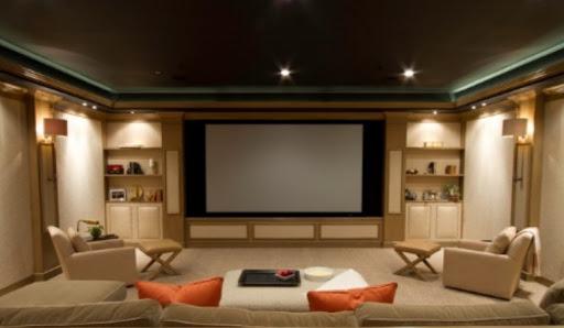 Iluminação de sala de TV: arandelas nas laterais