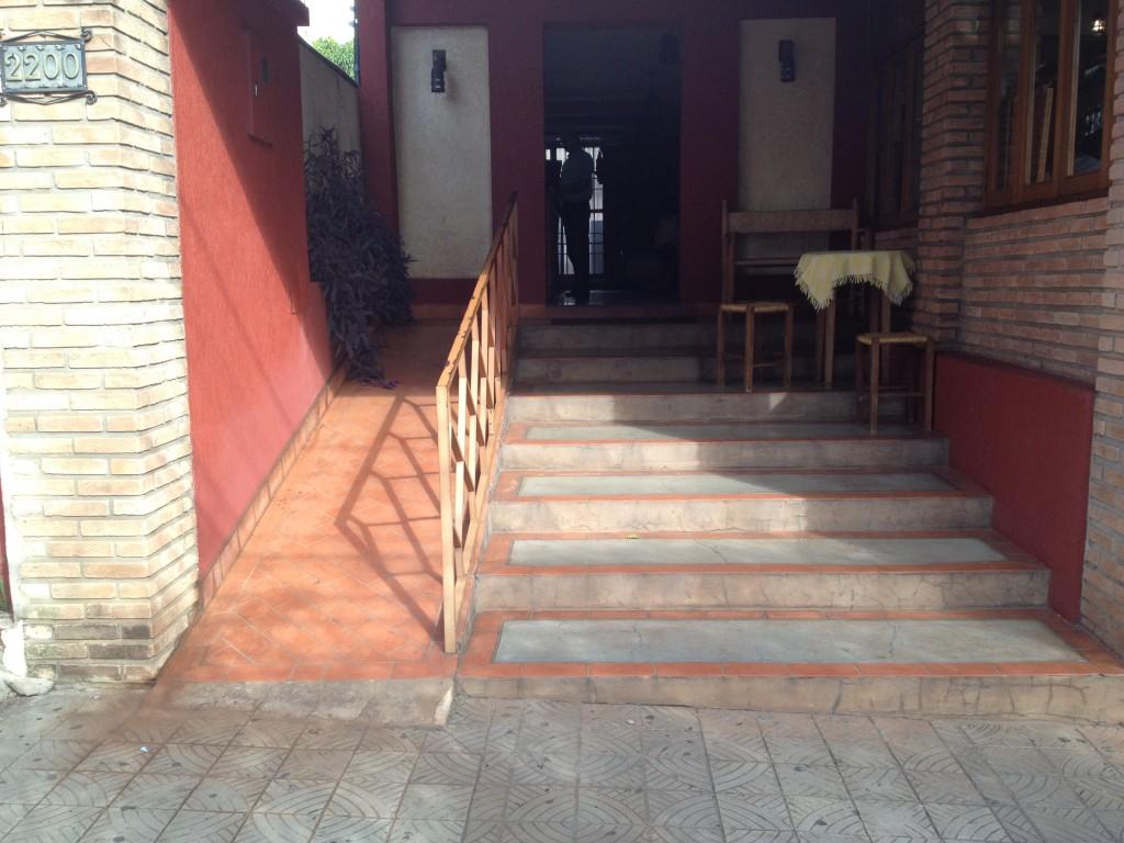 Cálculo de rampa: rampa com inclinação excessiva e piso incorreto