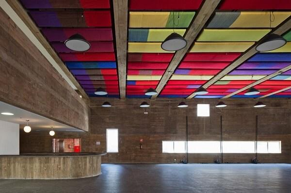 Praça das Artes: Interior com materiais coloridos