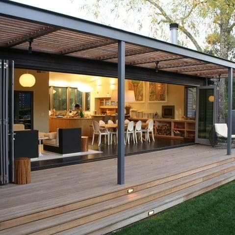 Steel Frame: ampla varanda com revestimento de madeira