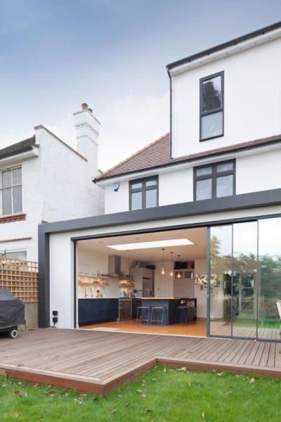 Steel Frame casa com cozinha integrada com a área externa (foto: Pinterest)