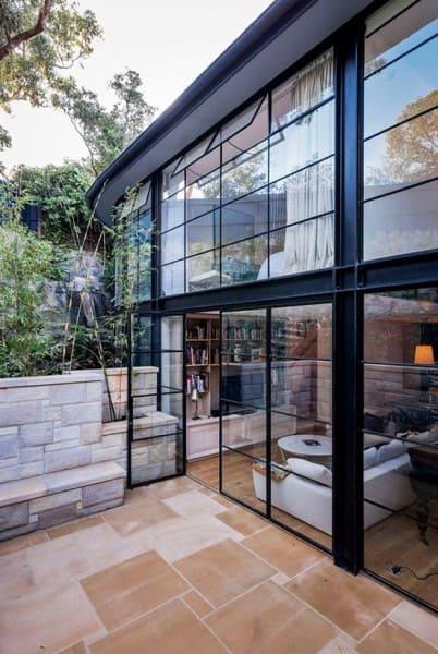 Steel Frame casa de dois andares com janelas e portas de vidro (foto: Pinterest)