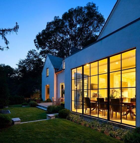 Marco de acero: fachada con ventana de vidrio