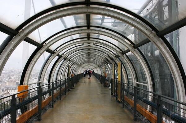 Centro Georges Pompidou: passagem coberta com tubo transparente