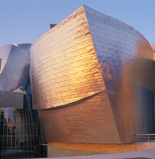 Museu Guggenheim Bilbao: Cobertura refletindo a luz solar