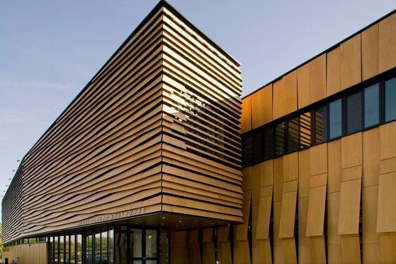 Fachada ventilada de madeira com recortes assimétricos
