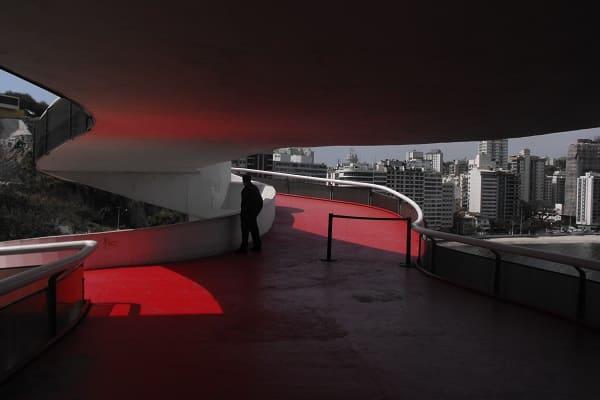 Museu de Arte Contemporânea de Niterói: detalhe da escadaria vermelha (foto: archdaily)