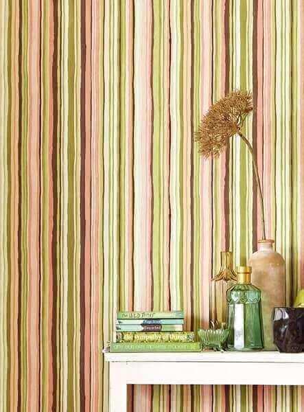 Tipos de papel de parede: papel de parede com listras desenhadas à mão