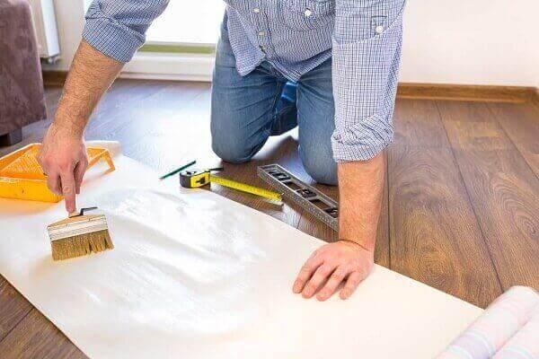 Papel de parede para teto: aplicação da cola no papel (foto: Pinterest)