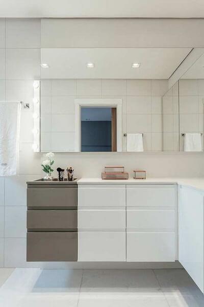 Cerâmica: banheiro com cerâmica branca