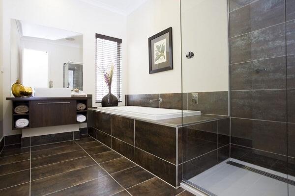 Cerâmica: banheiro com piso e revestimento cerâmico