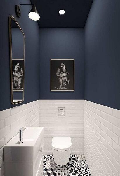 Cerâmica: banheiro com revestimento cerâmico até a metade