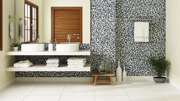 Cerâmica: banheiro com revestimento cerâmico de pastilha