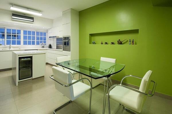 Cores primárias: cozinha com parede verde (projeto Estúdio Sespede Arquitectos)