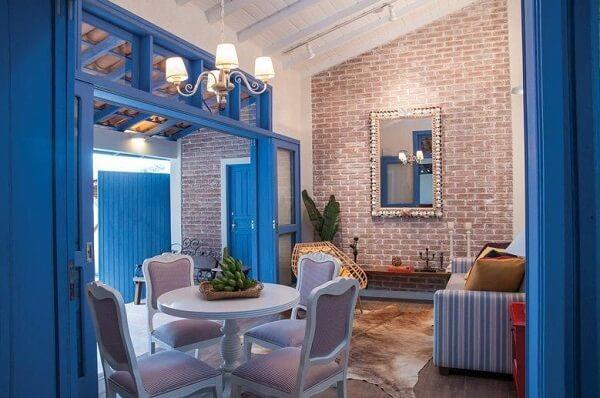 Cores primárias: sala de jantar com decoração azul (Rico Mendonça)