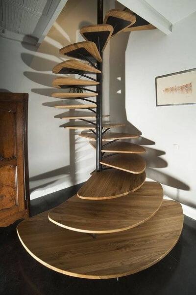 Escada Helicoidal com degraus largos na base