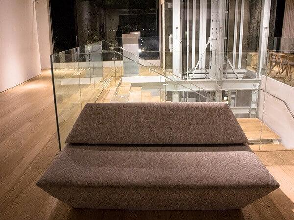 Japan House: mobiliário com tons neutros
