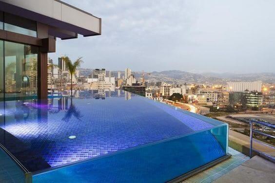 Piscina de Vidro com vista para cidade (foto: Pinterest)