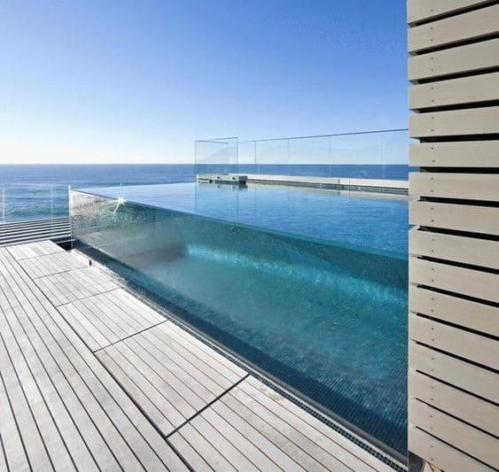Piscina de Vidro em cobertura traz vista surpreendente (foto: Pinterest)