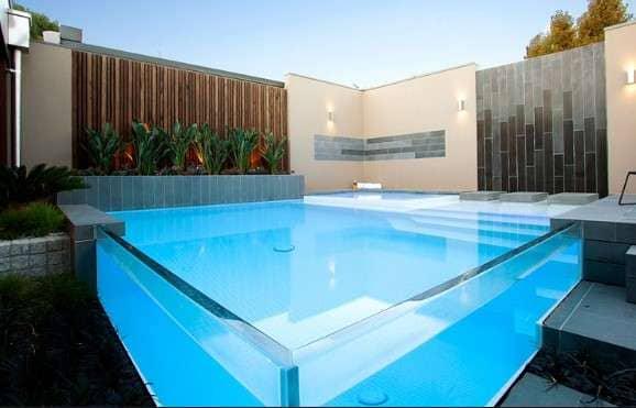 Piscina de Vidro quadrada deixa jardim elegante (foto: Atibaia piscinas)