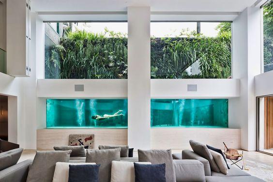 Piscina de vidro dentro da sala de estar