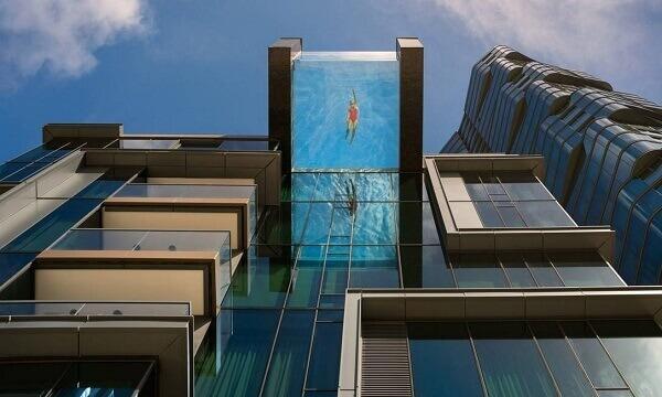 Piscina de vidro suspensa em edifício