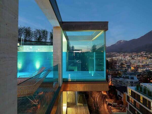 Piscina de vidro suspensa com vista para a cidade