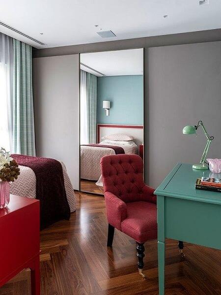 Círculo cromático: quarto com cores vermelho, azul e verde (Proj Maurício Karam Arquitetura)