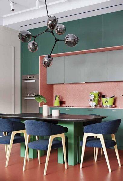 Círculo cromático: sala com cores rosa verde e azul