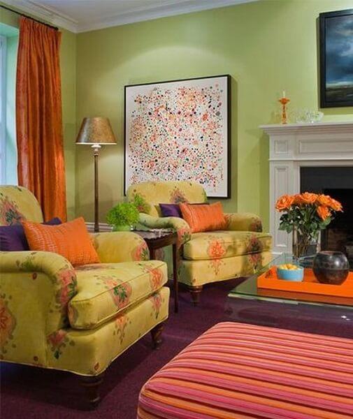 Círculo cromático: sala com cores verde roxo e laranja