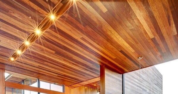 Madeira de lei: telhado de cedro com brilho e várias tonalidades