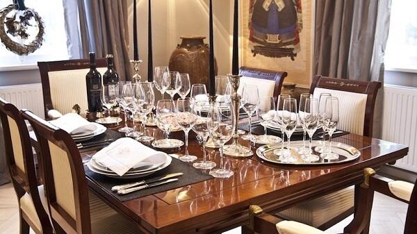 Madeira de lei: mesa de jantar de jacarandá cria ambiente sofisticado