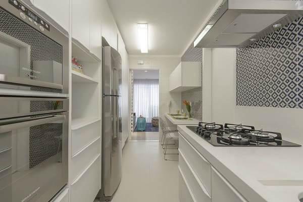 Porcelanato acetinado branco em cozinha (projeto: D2N Arquitetura + Interiores)