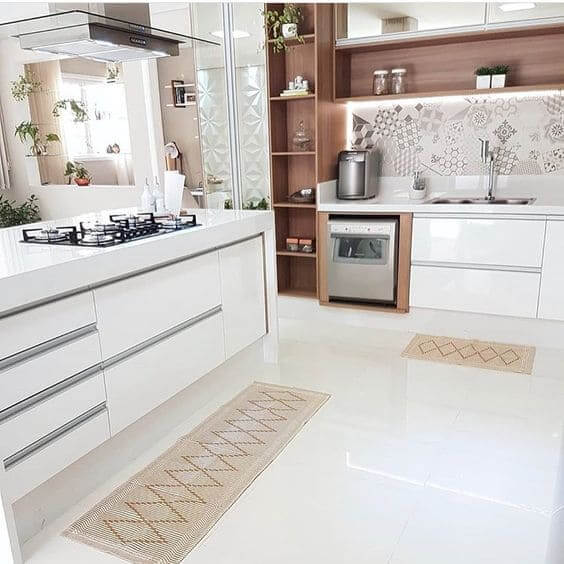 Porcelanato para cozinha: ambiente branco com madeira