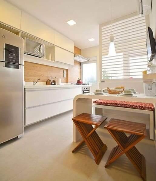 Porcelanato para cozinha: ambiente neutro e banco de madeira