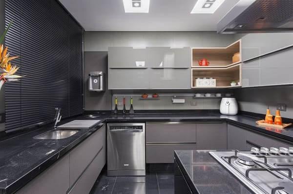 Porcelanato para cozinha: ambiente preto traz elegância (projeto: Maria Luisa Mendes)