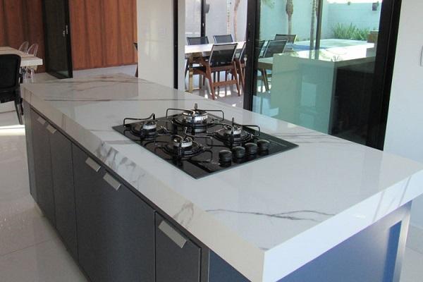 Porcelanato para cozinha: bancada de porcelanato branco